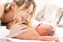 Chéri nouveau-née avec la mère Photo stock