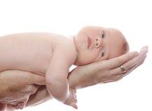 Chéri nouveau-née dans des mains du papa Images stock