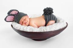 Chéri nouveau-née dans l'équipement de lapin Photographie stock libre de droits
