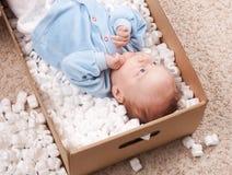 Chéri nouveau-née dans le cadre ouvert de poteau photos libres de droits