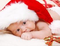 Chéri nouveau-née dans le chapeau de Santa Images libres de droits
