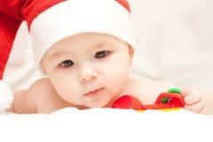 Chéri nouveau-née dans le chapeau du père noël Photo stock