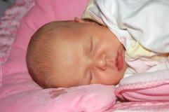 Chéri nouveau-née de sommeil Photo libre de droits