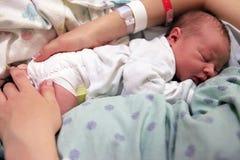 Chéri nouveau-née de sommeil Images libres de droits