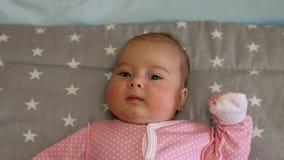 Chéri nouveau-née Petit bébé Bébé regardant dans la caméra Enfant Bébé adorable banque de vidéos