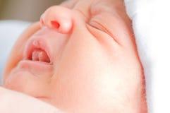 Chéri nouveau-née pleurante Image libre de droits