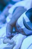 Chéri nouveau-née sous la lumière UV Images stock