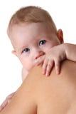 Chéri nouveau-née sur l'épaule de mamans Images libres de droits