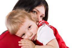 Chéri pleurante de fixation de mère Image stock