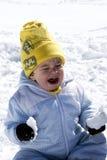 Chéri pleurante sur la neige image stock