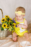 Chéri regardant des fleurs Images stock
