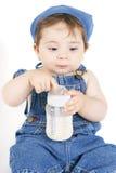 Chéri s'asseyante avec du lait Photos libres de droits