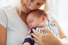 chéri sa mère de fixation nouveau-née image libre de droits