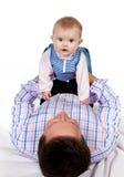 Chéri sur le ventre du père Image stock