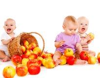 Chéris jouant avec des pommes Photographie stock libre de droits