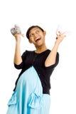 Chéris jumelles de attente heureuses de femme ethnique enceinte Images stock