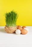 Chíbese el pote con los huevos en el tablero blanco y el fondo amarillo Foco selectivo, imagen entonada Fotos de archivo libres de regalías