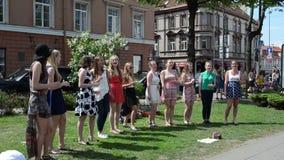 Chór dziewczyny śpiewają ulicę zbiory wideo