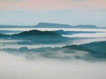 Chłodna spadek atmosfera w wsi Zimny i wilgotny jesień ranek rusza się w dolinie między ciemnymi lasowymi wzgórzami mgła Fotografia Royalty Free