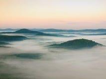 Chłodna spadek atmosfera w wsi Zimny i wilgotny jesień ranek rusza się w dolinie między ciemnymi lasowymi wzgórzami mgła Obrazy Stock