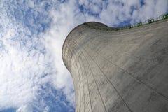 Chłodniczy góruje przy elektrownią jądrową Zdjęcia Stock