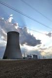 Chłodniczy góruje przy elektrownią jądrową Zdjęcie Stock