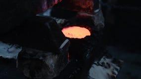 Chłodniczy stopiony metal Akcyjny materia? filmowy Mały zbiornik wypełniający z gorącym metalem projektuje dla chłodzić i zestala zbiory wideo