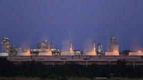 Chłodniczy wierza rafinerii ropy naftowej przemysłowa roślina przy nocą zbiory wideo