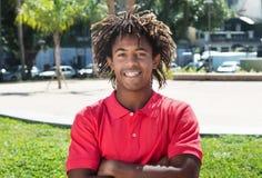 Chłodno amerykanina afrykańskiego pochodzenia facet z zadziwiającą fryzurą obraz royalty free