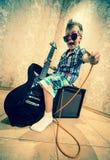 Chłodno chłopiec pozuje z gitarą elektryczną Zdjęcie Stock