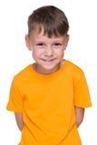 Chłodno chłopiec w żółtej koszula zdjęcie royalty free