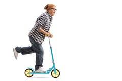 Chłodno dorośleć mężczyzna jedzie hulajnoga Zdjęcie Stock