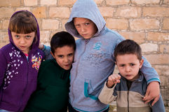 Chłodno dzieci z podejrzanym spojrzeniem fotografia royalty free