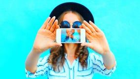 Chłodno dziewczyna bierze fotografii jaźni portret na smartphone fotografia stock