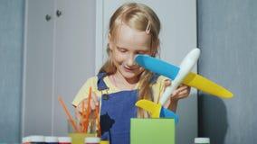 Chłodno dziewczyna maluje zabawkarskiego samolot Edukacyjne gry dla dzieci zbiory wideo