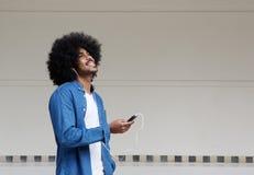 Chłodno facet słucha muzyka na telefonie komórkowym zdjęcie stock