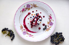 Chłodno galareta z świeżymi jagodami na zaświeca półkowego dekorującego z jagodami i przyskrzynia odgórnego widok Zdjęcie Royalty Free