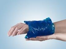 Chłodno gel paczka na nabrzmiałym kaleczenie nadgarstku zdjęcie royalty free