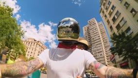 Chłodno i modny motocyklu rowerzysta na miasto ulicach zdjęcie wideo