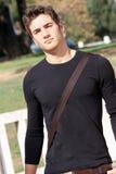 Chłodno i przystojny młody człowiek outdoors nowoczesna fryzurę Zdjęcie Stock