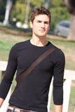 Chłodno i przystojny młody człowiek outdoors nowoczesna fryzurę Fotografia Stock