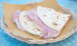 Chłodno i wyśmienicie piadine z baleronu, sera i warzyw squa, zdjęcia stock