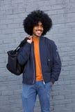 Chłodno męski moda model z afro i torbą Zdjęcie Royalty Free