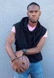 Chłodno młoda amerykanina afrykańskiego pochodzenia faceta mienia koszykówka Fotografia Royalty Free