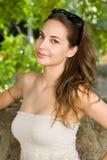 Chłodno młoda brunetka. zdjęcie stock