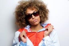 Chłodno młoda murzynka z okularami przeciwsłonecznymi fotografia royalty free