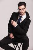 Chłodno młody biznesowego mężczyzna obsiadanie na stolec Fotografia Stock
