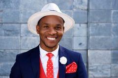 Chłodno młody męski afrykański moda model z kapeluszem Obrazy Stock