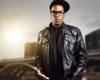 Chłodno miastowy amerykanina afrykańskiego pochodzenia mężczyzna w szkłach Zdjęcia Stock