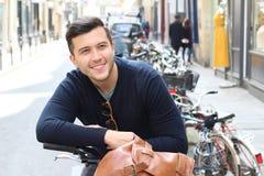 Chłodno millennial w mieście z bicyklem obrazy royalty free